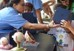 Foto de jovens visitando o ciência móvel