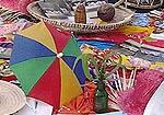Imagem de materiais diferentes, incluindo garrafa e guarda-chuva colorido