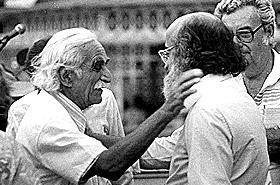 Foto do pesquisador Haity Moussatché cumprimentando Sérgio Arouca, então presidente da Fiocruz