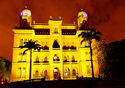 Castelo mourisco iluminado de amarelo