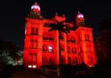 Castelo da Fiocruz iluminado por luz vermelha