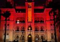 Castelo iluminado de vermelho e branco