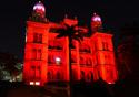 Castelo mourisco iluminado de vermelho