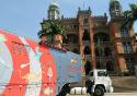 Foto do caminhão do ciência móvel estacionado em frente ao Castelo da Fiocruz