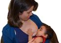 Mulher amamenta seu filho