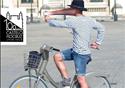 Homem pedalando e se fotografando com aparelho celular