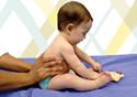 Adulto ajudando uma criança a ficar sentada