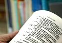 Mão masculina folheia um livro