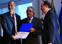 Presidente da Fiocruz, Paulo Gadelha, recebe prêmio ministro da Ciência, Tecnologia e Inovação, Aldo Rebelo, e pelo presidente do CNPq, Hernan Chaimovich