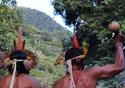 Dois índios de costas