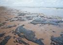 Manchas de óleo na praia