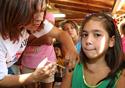 Mulher aplicando vacina em uma criança