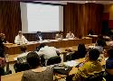 Fotografia da mesa de debate