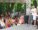 Nísia fala no palco, para plateia cheia