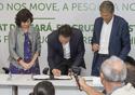 Nísia assinando o acordo no Ceará