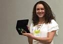Taís de Sousa com a medalha recebida