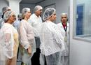 Visitantes acompanhando a produção de medicamentos em Farmanguinhos