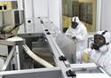 Dois farmmacêuticos trabalhando na produção de medicamentos