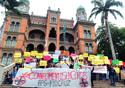 Estdantes protestando em frente ao castelo fiocruz
