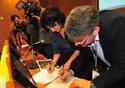 Nísia Trindade e o presidente do CNS assinando o acordo