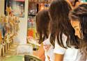 Meninas adolescentes em um laboratório