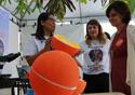 Nisia Trindade, presidente da Fiocruz, visitando atividades do Museu da Vida