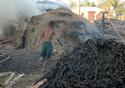Imagem de uma criança trabalhando na produção de carvão