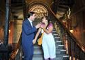 Dois atores simulam uma discussão nas escadas do castelo fiocruz