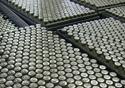 Imagem aérea de frascos de vacina, na linha de produção