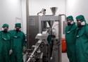 Farmacêuticos na fábrica de produção do vastarel