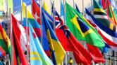 Banderas de vários países tremulando al viento