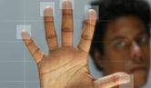 Imagem de pessoa com as mãos em uma tela de computador, deixando as digitais