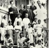 Foto antiga de Carlos Chagas com seus pacientes