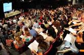 Pessoas sentadas num auditório