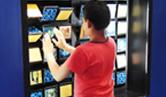 Menino brincando com um dos jogos desenvolvidos pela Fiocruz