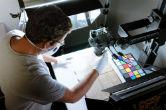 Profissional trabalhando na digitalização de obras raras