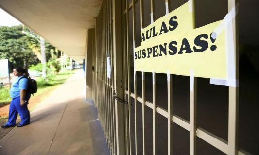 Escola fechada com uma faixa escrita: aulas suspensas