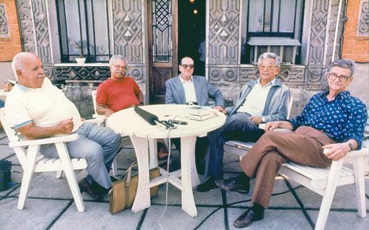 Foto de cinco cientistas cassados, entrevistados em 1986