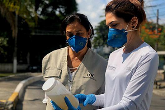 Pesquisadoras da Fiocruz em atividade de coleta de amostras