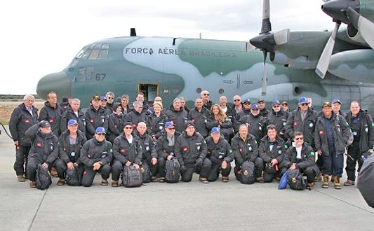 Pesquisadores na frente do avião da Força Aérea Brasileira