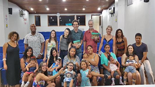 Equipe de elaboração do Guia junto com as famílias