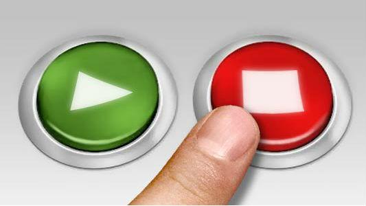 Detalhe de dedo apertando botão vermelho, indicando uma escolha