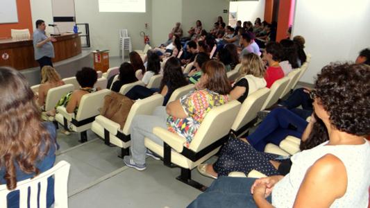 Pessoas assistindo a palestra no auditório