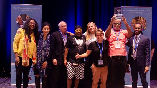 Equipe do laboratório recebendo o prêmio