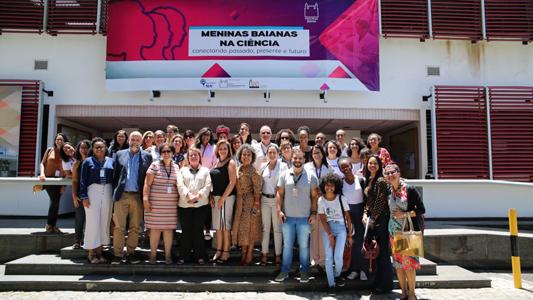 Participantes do evento promovidos pela Fiocruz Bahia reunidos na entrada do auditório