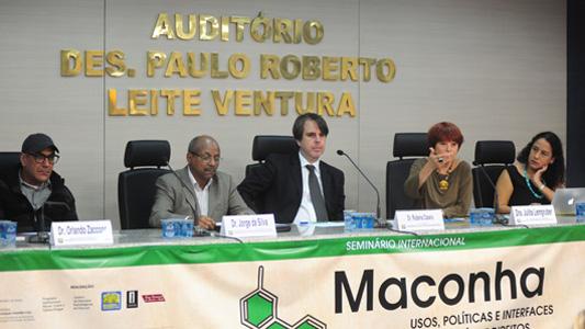Foto dos palestrantes da mesa Impactos da legislação sobre maconha na segurança pública