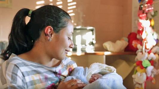 Mulher com bebê no colo