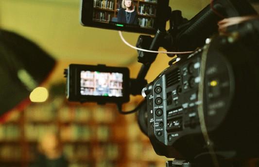 Câmera filmando uma biblioteca