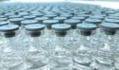 Foto de vários vidros de vacina em ambiente laboratorial