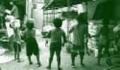 Pessoas recebendo doações de alimentos